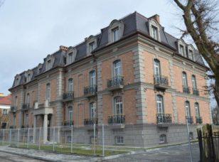 Снимок фасада дома из элитного жилого комплекса по улице Нахимова